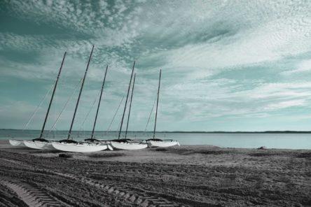 Barche a vela ormeggiate su una spiaggia