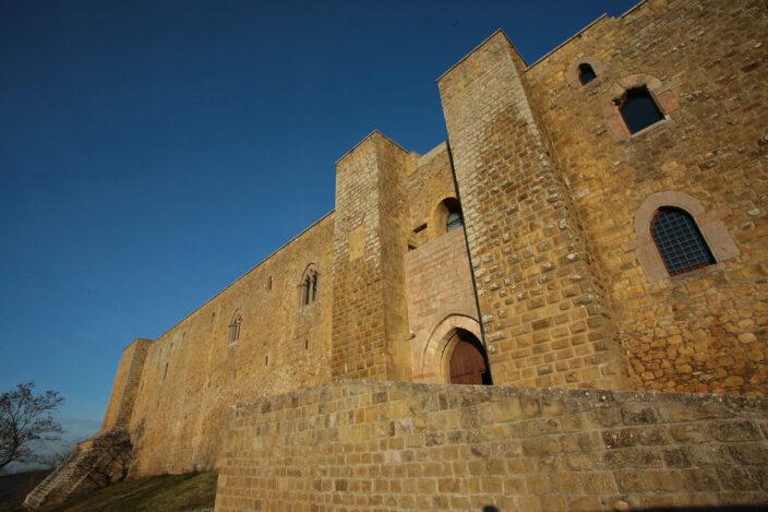 L'imponente facciata in arenaria del castello di Lagopesole