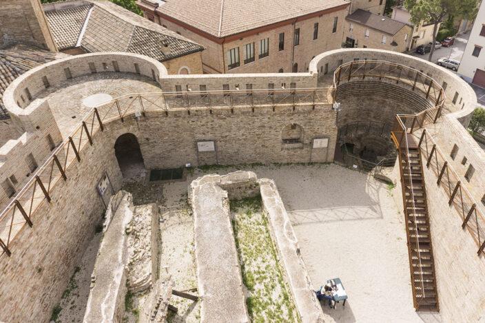 Le Marche di Dante tra abbazie rocche e archeologia