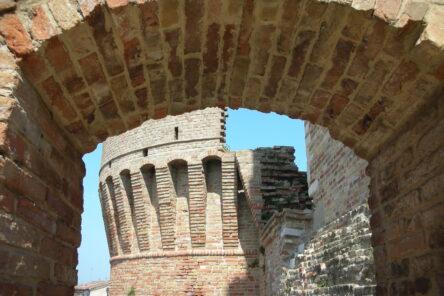 Le Marche di Dante tra abbazie, rocche e archeologia